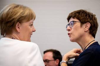 Merkel setzt AKK dem Härtetest aus