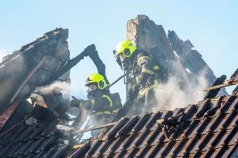 Doppelhaushälfte in Zeithain brennt