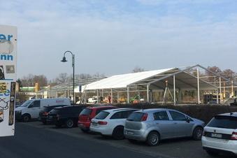 Aldi-Zelt wächst an der Auenstraße empor