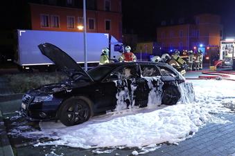 Freital: Auto geht in Flammen auf