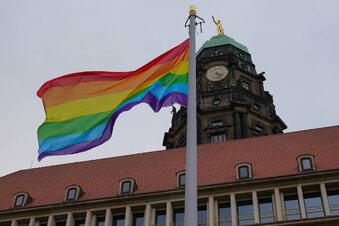 Regenbogenflagge vorm Dresdner Rathaus gehisst