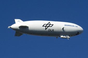 Zeppelin fliegt über das Isergebirge