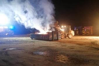 Feuerwehr löscht brennenden Container