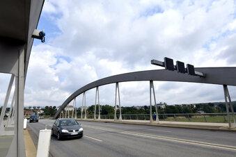 Neue Schilderbrücke am Waldschlößchen