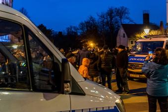 Riesa: 170 Menschen bei Protest am Rathaus
