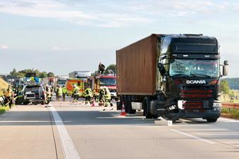 Lkw kracht in Unfallstelle auf der A17
