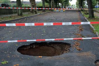 Riesiges Loch tut sich in der Straße auf