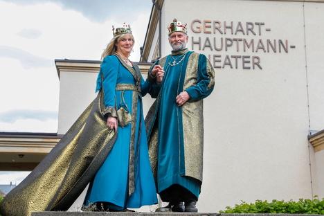 Kaiser-Paar zeigt neue Kleider