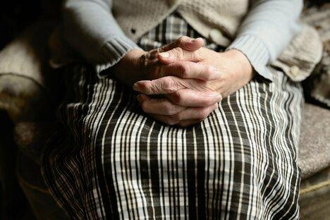 Knapp sechs Millionen ältere Menschen leben alleine