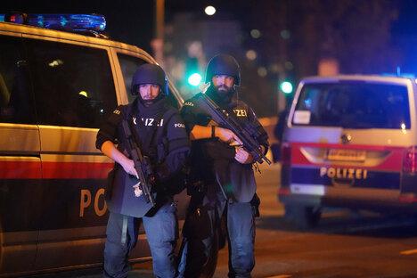 Wien: Polizist von mutigen Helfern gerettet