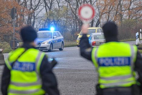 Unbekannter will Polizisten überfahren