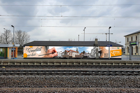 Pirna: Canalettos Hand begrüßt Bahnreisende