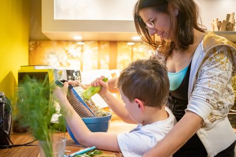 Familie: Große Jubiläumsaktion bei XXL Küchen ASS