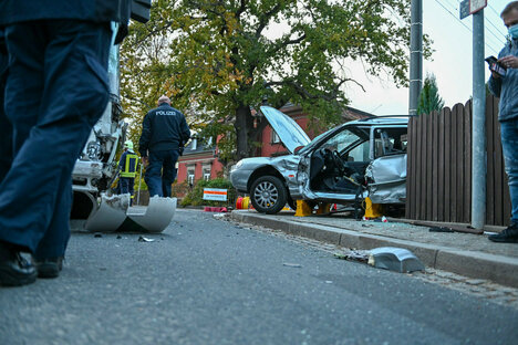Bus kollidiert mit Auto: mehrere Verletzte