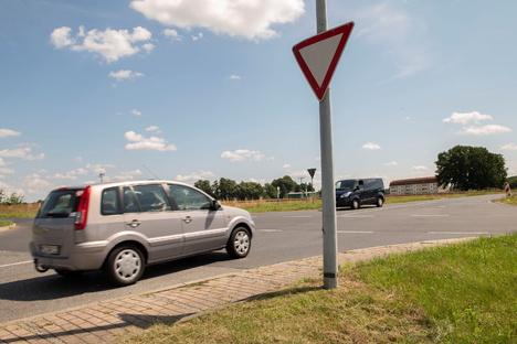 Thiendorf: Waghalsig über die Kreuzung
