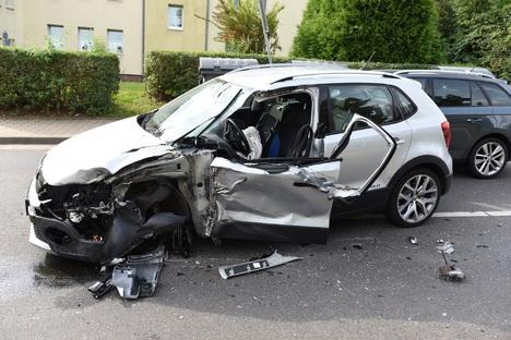 Döbeln: Autofahrer kracht in Laster auf B175