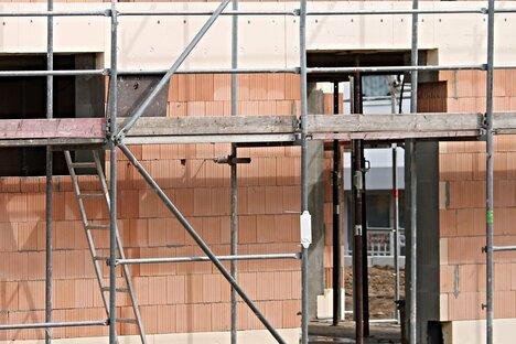 Verzögerungen: Wann der Bauherr Schadenersatz verlangen kann