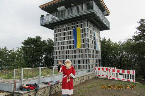 Von hoch oben grüßt der Weihnachtsmann