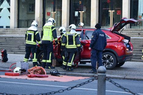 Auto kollidiert mit Linienbus - zwei Verletzte