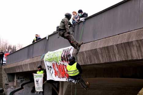Dresden: Polizei holt Demonstranten von A4-Brücke