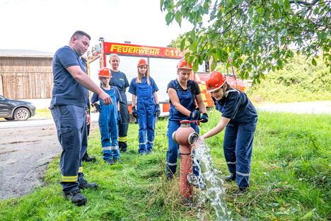 Jugendwehr kontrolliert Hydranten