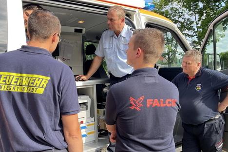 Nieskys Feuerwehr sitzt mit Rettungsdienst in einem Auto