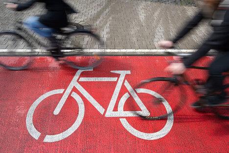 Radfahrerin von Lkw erfasst und getötet