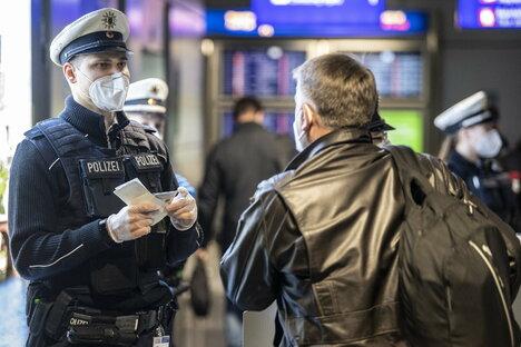 Deutschland & Welt: So kontrolliert die Polizei die neuen Corona-Vorschriften