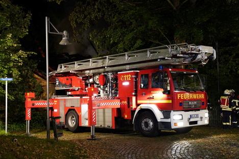 Feuerwehr löscht brennenden Bauwagen