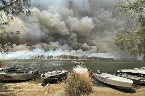 Tausende retten sich vor Buschbränden
