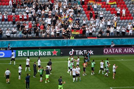 Deutschland & Welt: Corona: Fans ohne Masken im Stadion - Kritik am DFB