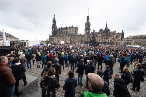 Dresden: Protest in Dresden: Maskenlos auf engem Raum