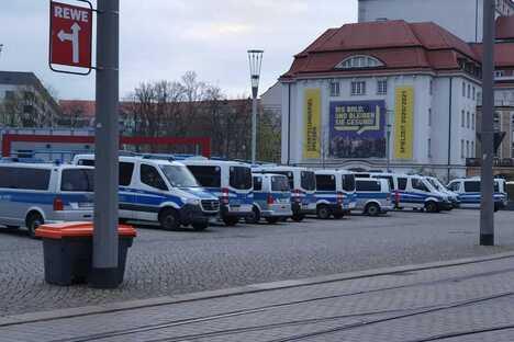 """Dresden: """"Querdenken"""" in Dresden: Angriffe gegen Reporter"""