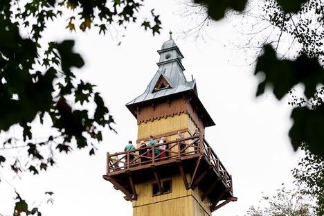 Görlitzer Weinberghaus wird abends beleuchtet