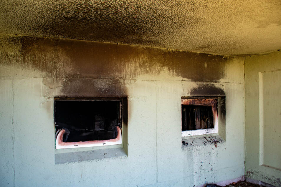 Das Feuer hat unter anderem die Kellerfenster zerstört.