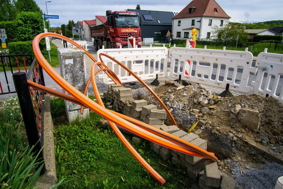 Fast täglich entstehen in Großpostwitz derzeit, wie hier an der Oberlausitzer Straße in der Nähe der Firma Miunske, neue Breitbandbaustellen. Das ist auch anderenorts im Kreis Bautzen so. Die Kommunen kommen mit der Überprüfung kaum hinterher.