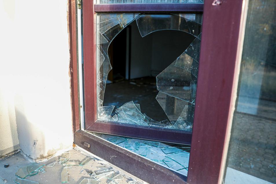 Immer wieder werden die Fensterscheiben zerstört.