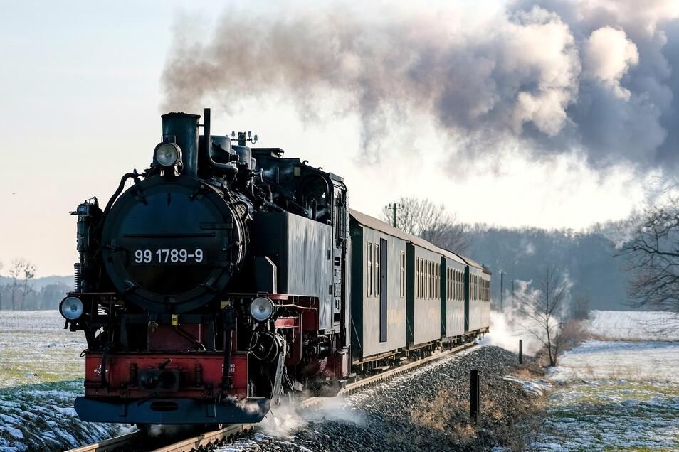 Unterm Kessel der Dampflok lodert das Feuer. Dampfend sind die Züge der Lößnitzgrundbahn jeden Tag auf der Trasse zwischen Radebeul und Radeburg unterwegs. Beim ersten Lockdown im vorigen Frühjahr standen die Räder 49 Tage still.