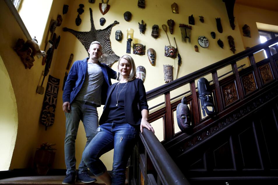 Eva und Hannes Hösel haben das Schmorkauer Schloss vor anderthalb Jahren gekauft. Nun sind sie dabei, die Anlage schrittweise zu sanieren. Die Deko im Aufgang hat der Vorbesitzer hinterlassen.