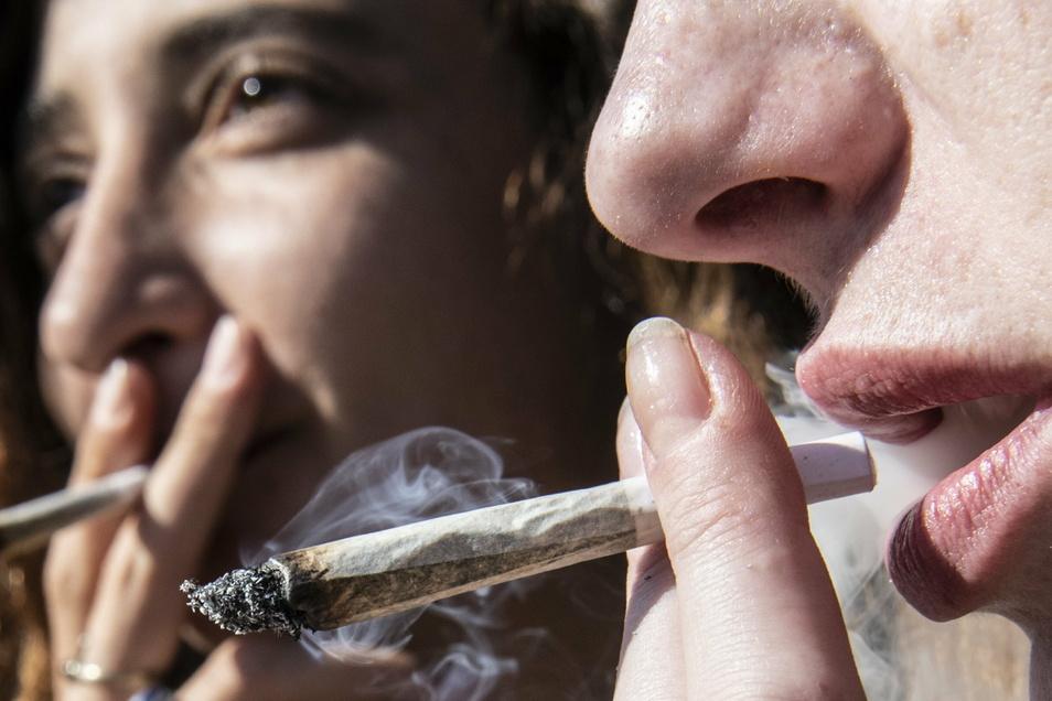 Zwei junge Frauen rauchen bei einer Protestaktion für legalen Cannabis-Konsum einen Joint. Ganz ungefährlich ist der offenbar aber nicht.