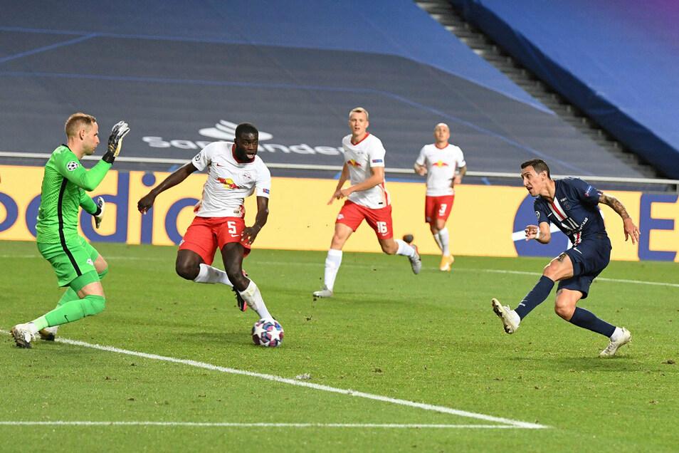 Die frühe Vorentscheidung noch vor der Pause: RB-Torhüter Peter Gulacsi kann das zweite Tor für Paris Saint-Germain durch Angel Di Maria nicht verhindern.