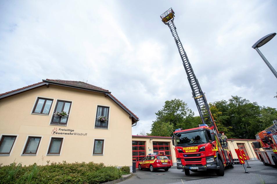 Blick auf das neue Drehleiterfahrzeug der Wilsdruffer Feuerwehr mit ihrem 32 Meter langen, ausgefahrenen Sicherungs- und Rettungskorb.