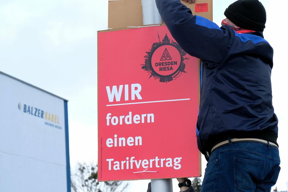 Mitte Januar forderten Gewerkschaftsmitglieder mit einer Plakataktion einen Tarifvertrag. Jetzt könnte er kommen, wenn die Geschäftsleitung ihr Wort hält.