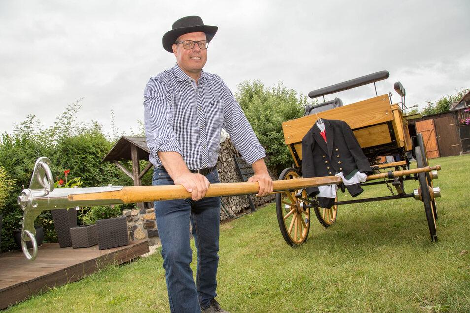 Am Sonnabend nimmt Axel Geide mit dieser naturholzfarbenen Wagonette in Landanspannung an der 22. Heiderundfahrt teil. Dazu trägt er eine schlesische Tracht.