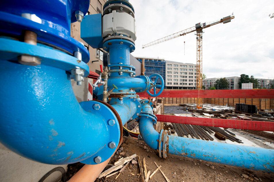 Über diese blauen Leitungen wird das Grundwasser aus der Baugrube der Annenhöfe sowohl zur Fernkältezentrale im Kulturpalast als auch in die Elbe gepumpt.