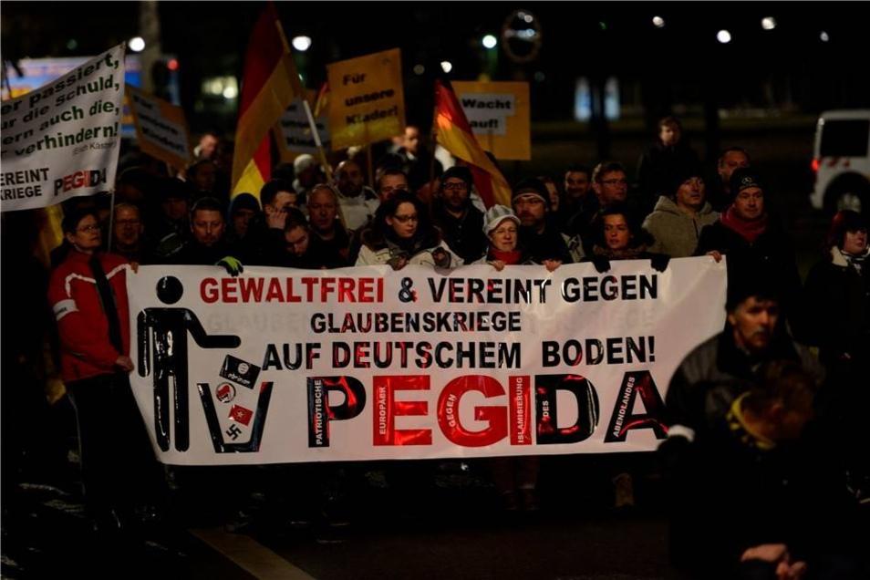 """... gingen die Pegida-Anhänger wieder ihre """"Altstadtrunde""""."""