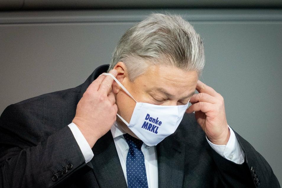 """Thomas Seitz, AfD-Bundestagsabgeordneter, trägt nach seiner Rede im Bundestag eine Mund-Nasen-Bedeckung mit der Aufschrift """"Danke MRKL"""" (Danke Merkel)."""
