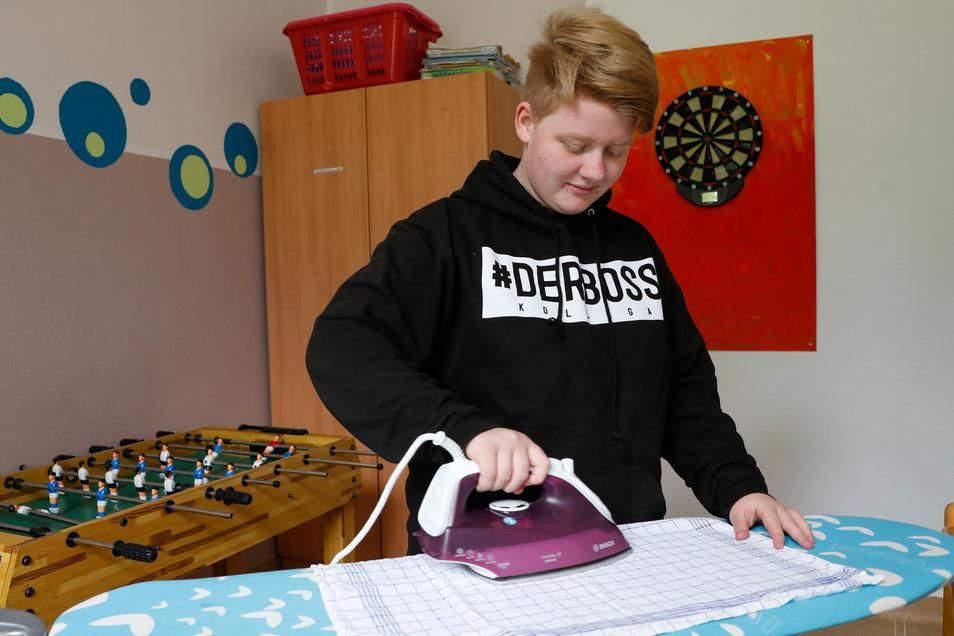 Leonie Müller bügelt in der Trainingswohnung der Lisa-Tetzner-Schule in Zittau.