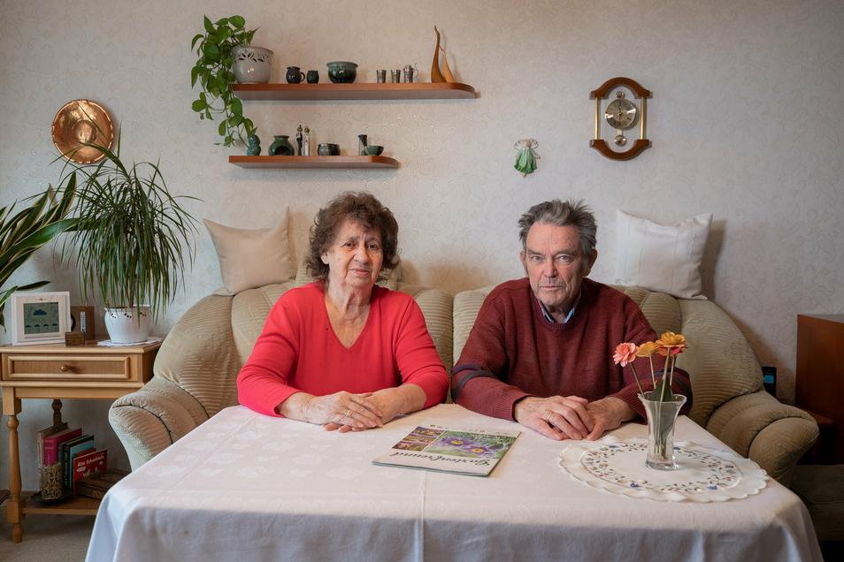 """Marie-Luise und Rainer Schuster, Jahrgang 1937 und 1939, in ihrer Dresdner Wohnung. """"Wir haben uns und eine warme Stube"""", sagen sie."""