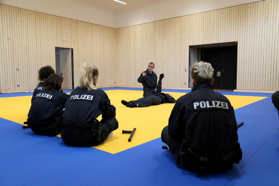 Sport und spezielle Einsatztechniken können nur im Präsenzunterricht vermittelt werden. In der heutigen Zeit natürlich unter den geltenden Hygienebedingungen.